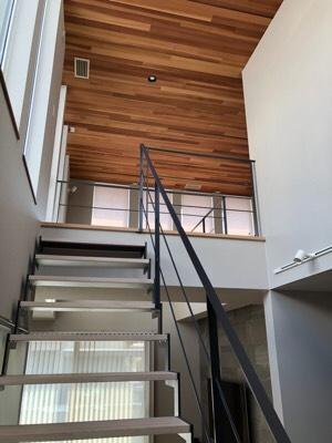 シースルー階段。光もとおるのでスッキリとした見た目です。